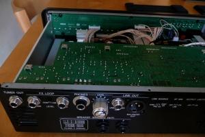 Il pannello posteriore è ricco di connessioni. L'elettronica che lo serve è su una piastra separata.