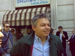 Luca Sofri davanti al kebab di via Borsieri