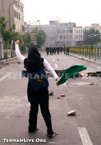 Una ragazza iraniana durante le proteste scatenate dalle ultime elezioni.